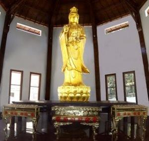 Patung Dewi Kwan Im di halaman Kwan Im Gunung Kawi